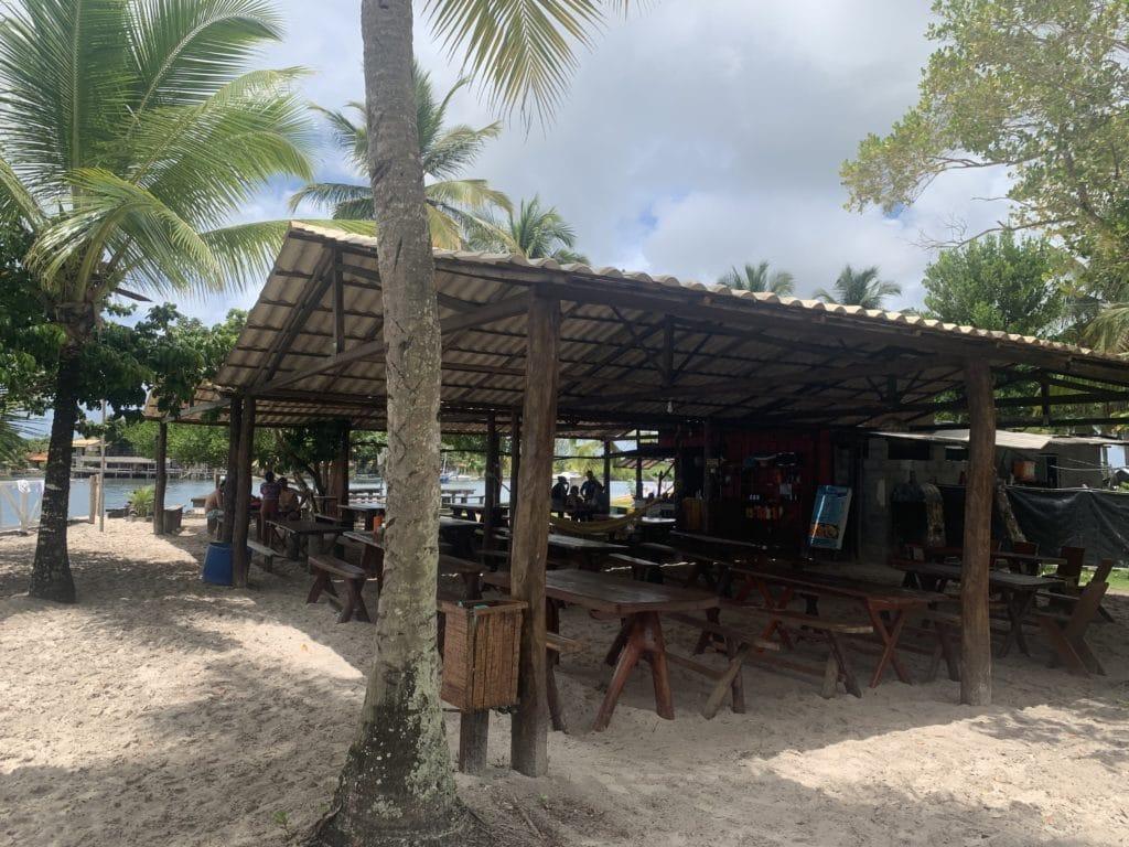 Restaurante na Ilha do Goió, na Baía de Camumu