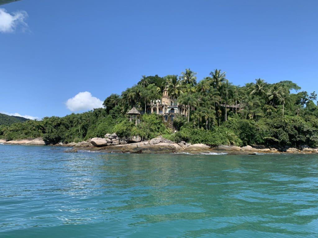 Ilha do Mantimento no passeio de escuna em Paraty