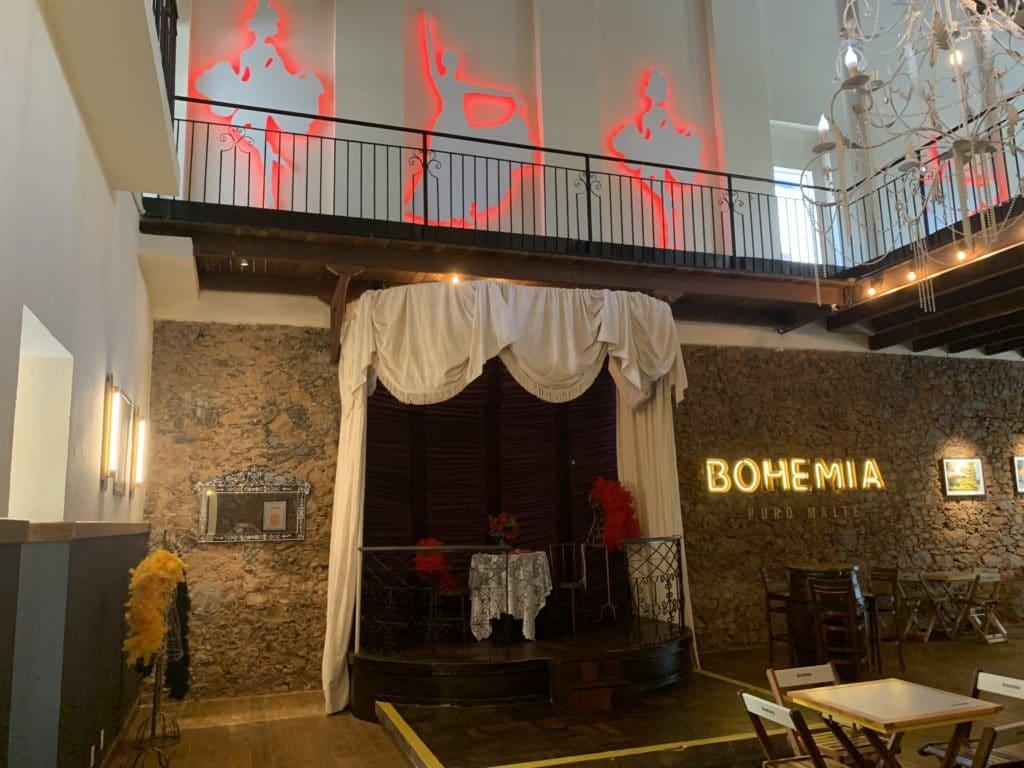 restaurante dentro do bataclan mostrando o palco que fica a banda