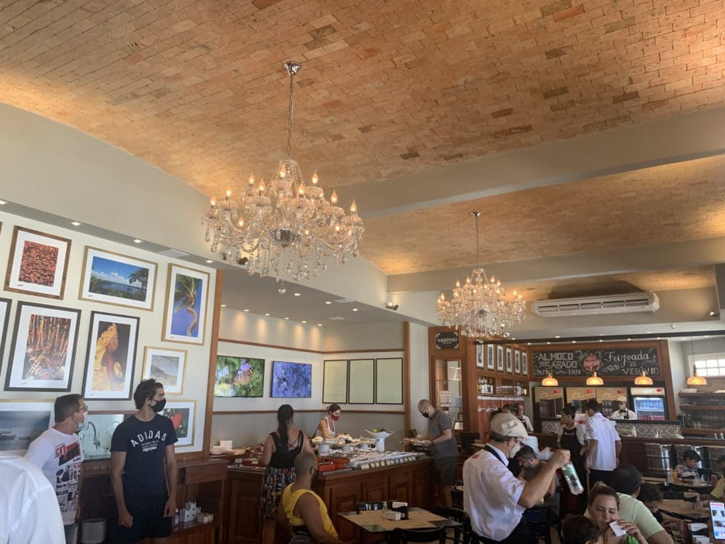 Salão interno no restaurante Vesúvio