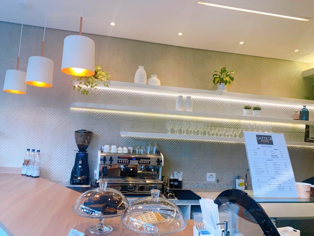 Latte di Fiori Balcão mostrando os safes e brownies