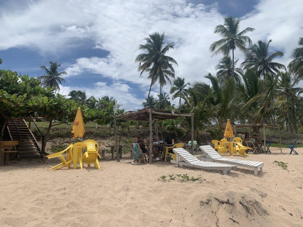Tendas e cadeiras na cabana do João, na Praia do Cassange