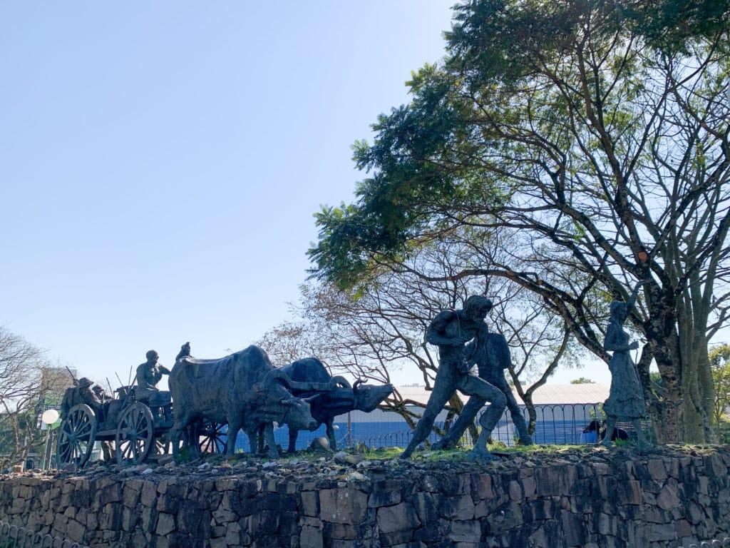 Monumento ao Imigrante ao lado da Igreja de São Bento