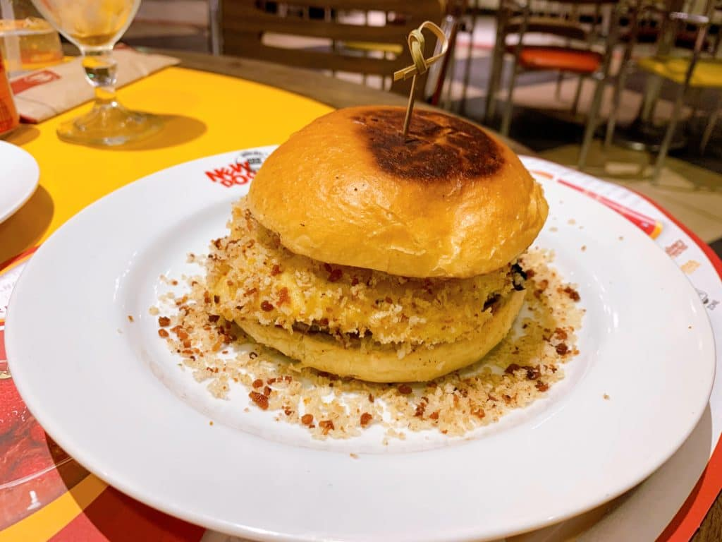 hamburguer com queijo e bacon