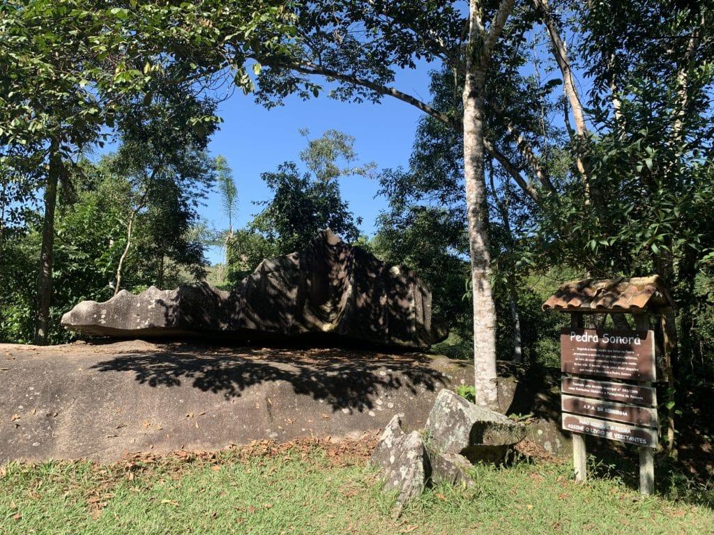 Pedra sonora primeira parada na Serra do Alambari