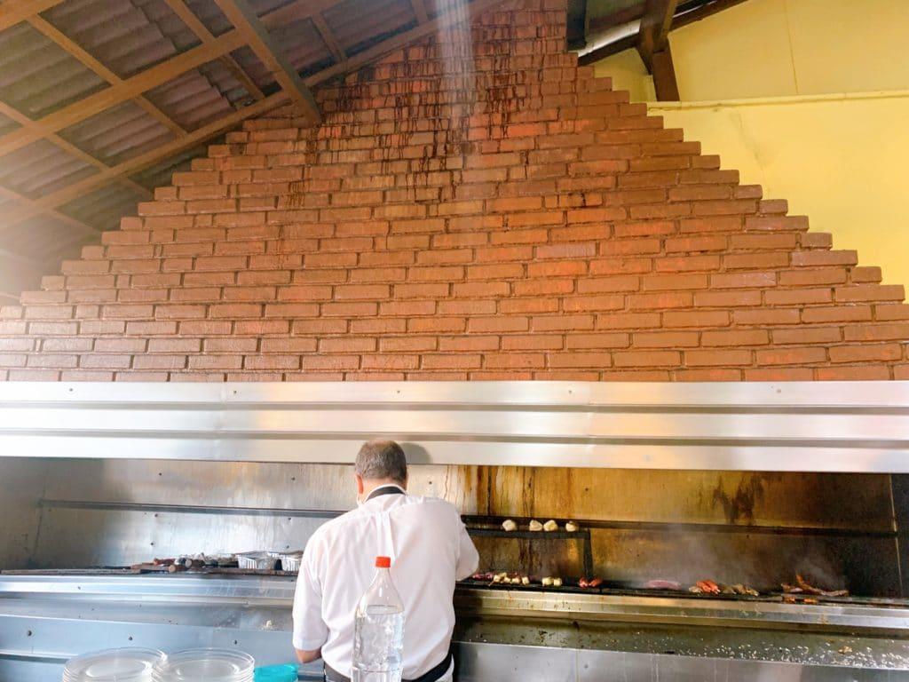Picanharia do gaúcho e sua enorme churrasqueira