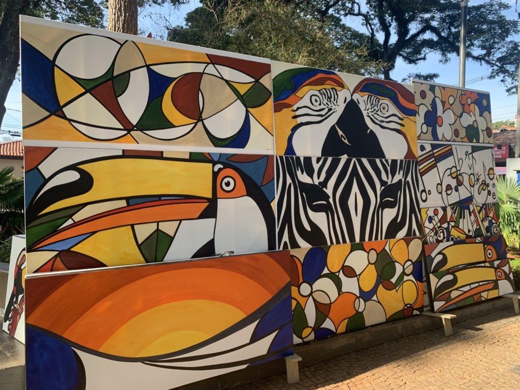 Pinturas no centro de Embu das artes na feira
