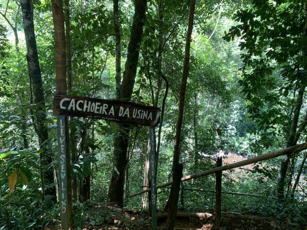 Placa da Cachoeira da usina na trilha até a Praia de Jeribucaçu - Itacaré