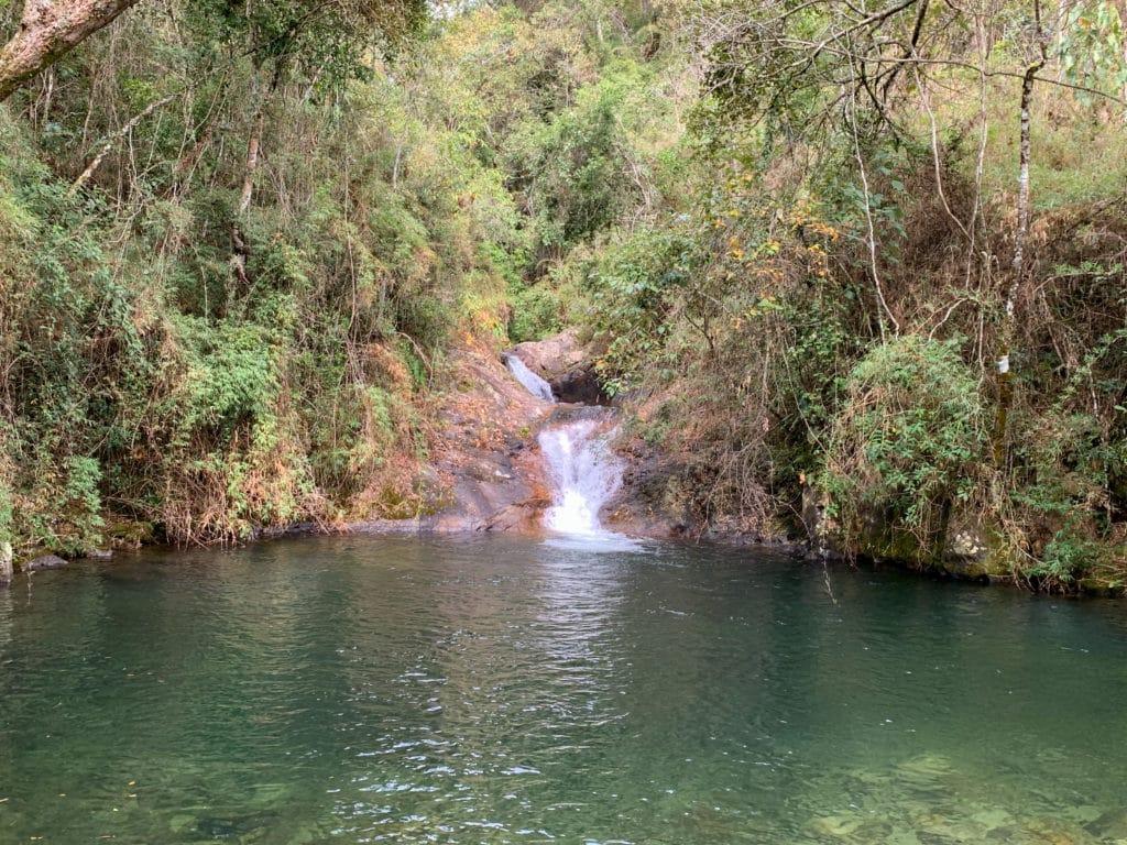 poco esmeralda cachoeira em passa quatro mg