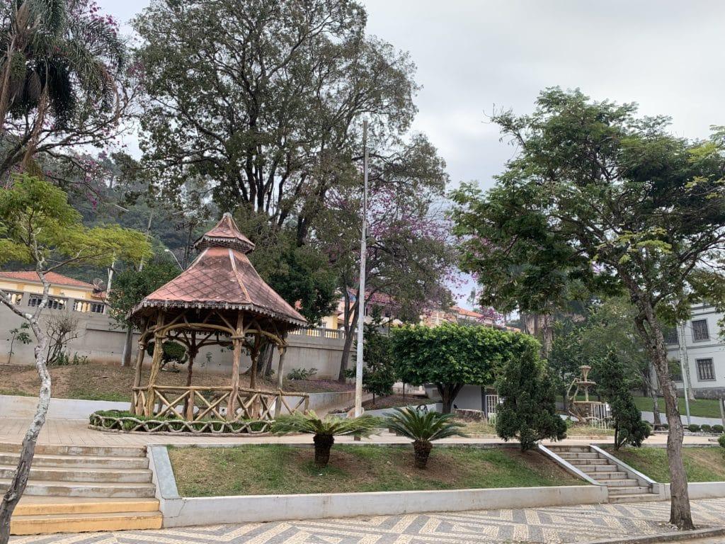 Praça ao lado da Igreja Matriz de Passa Quatro