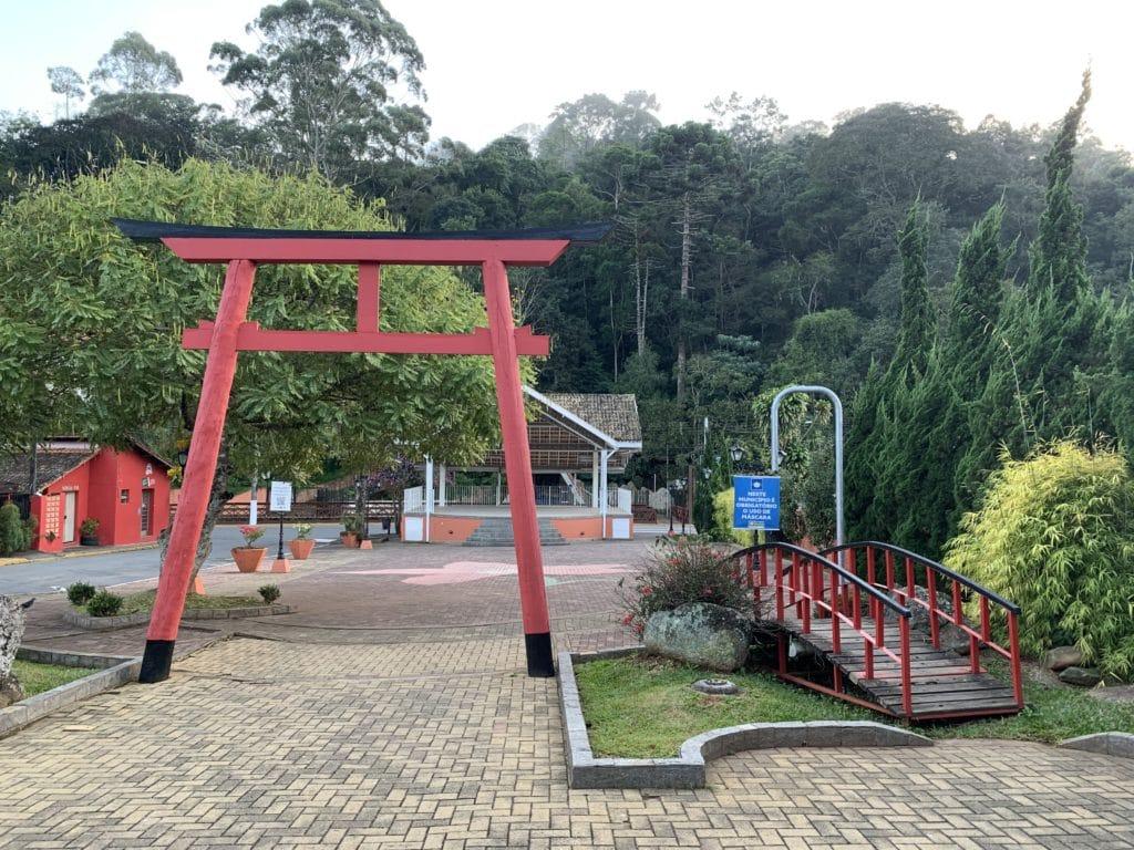 Praça do Artesão com jardim japones