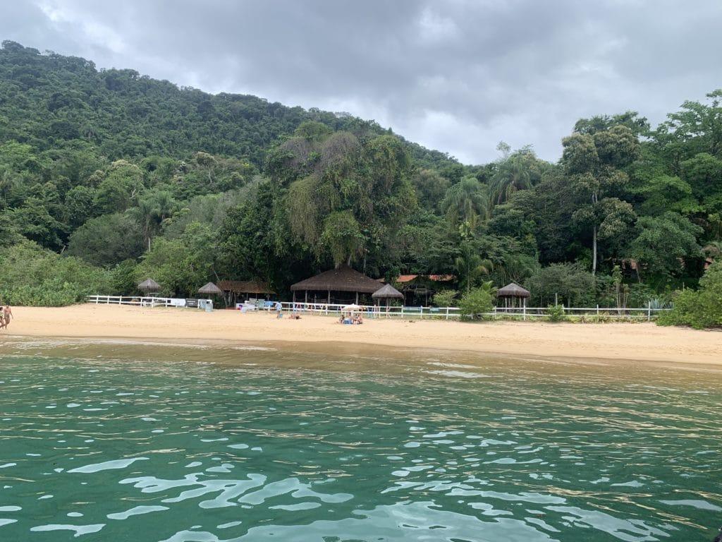 Praia da Lula e sua longa faixa de areia