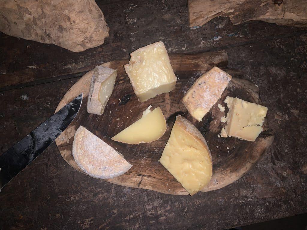 Degustação de queijo na queijaria Santo Antônio dica do que fazer em passa quatro MG