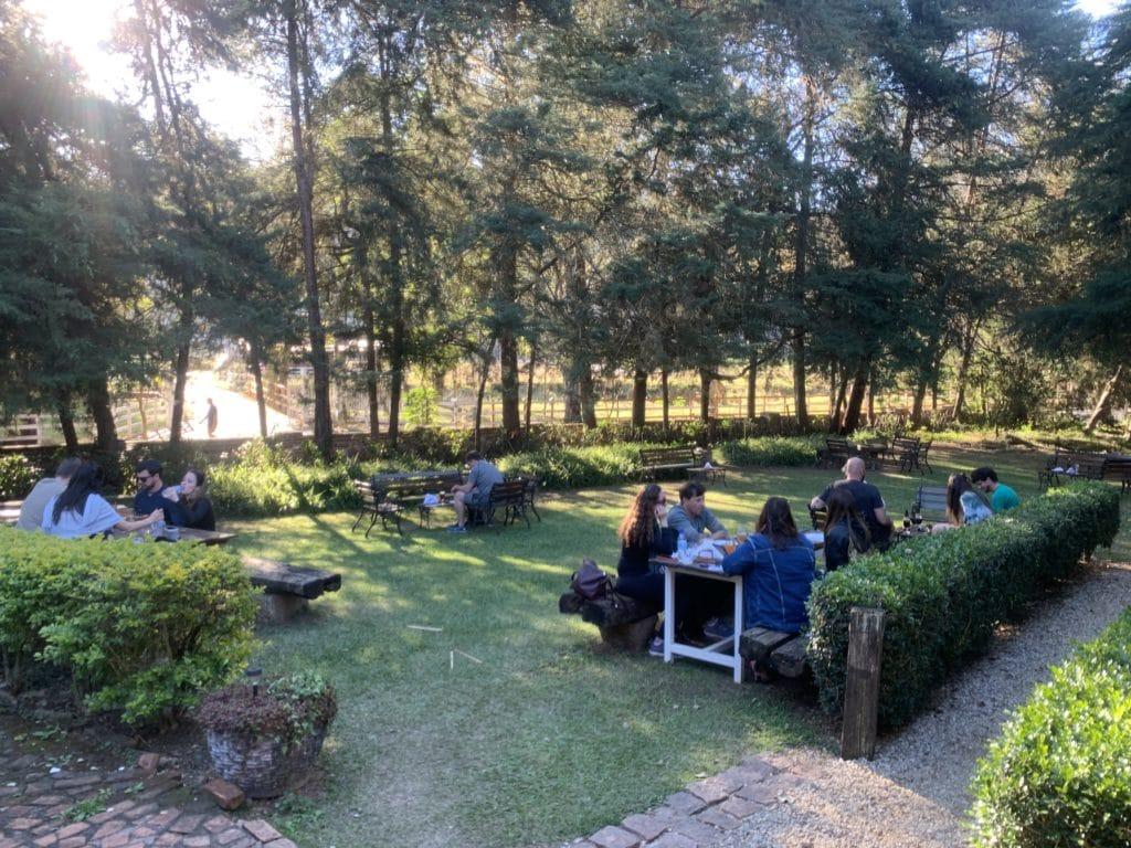 Restaurante no jardim na cervejaria Bauzeira