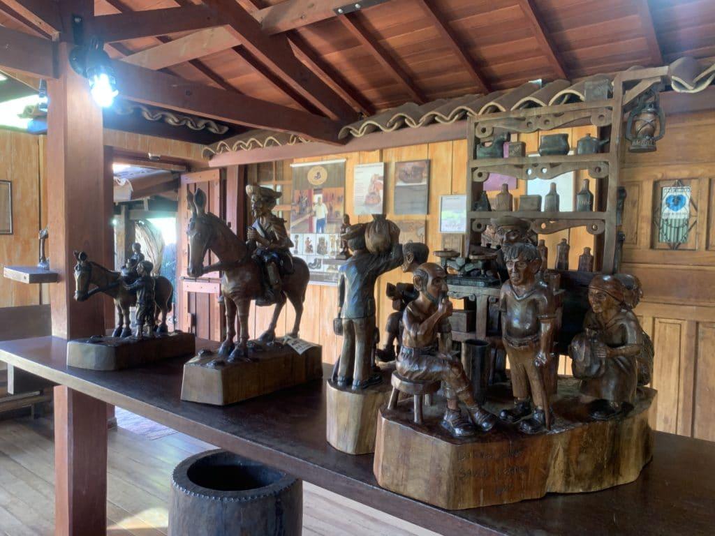 Esculturas em madeira  por Ditinho Joana