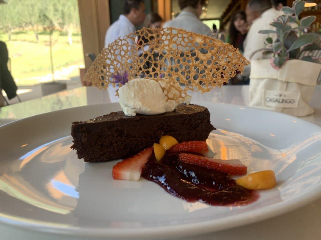 Torta de chocolate sobremesa servida na Oliq
